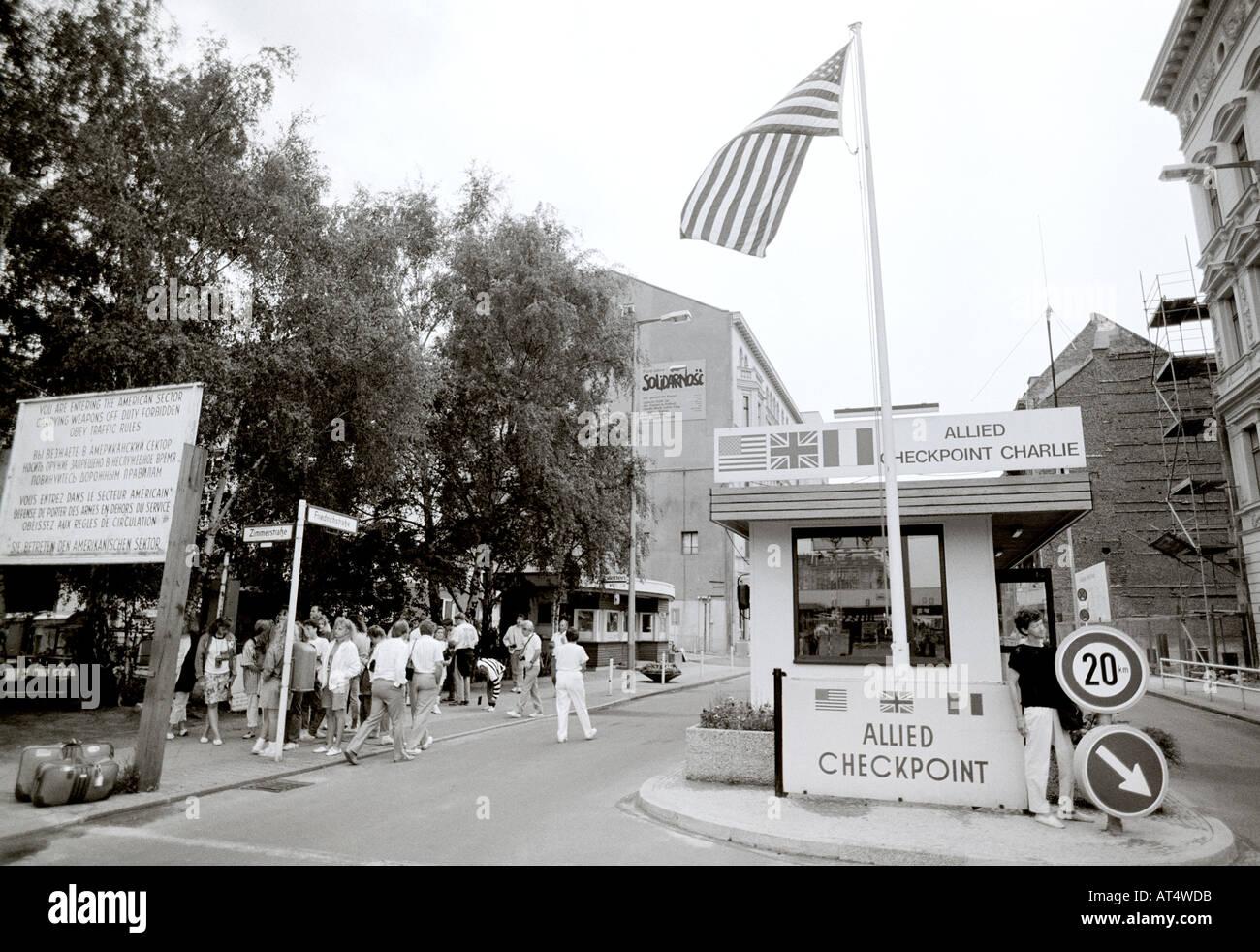 Guerra fredda il Checkpoint Charlie a Berlino Ovest in Germania in Europa. Reportage Storia storico storico Politica Cultura Travel Immagini Stock