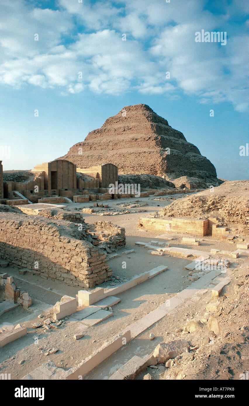 La fase di piramide di Saqqara vicino a Giza e vicino al Cairo in Egitto Immagini Stock