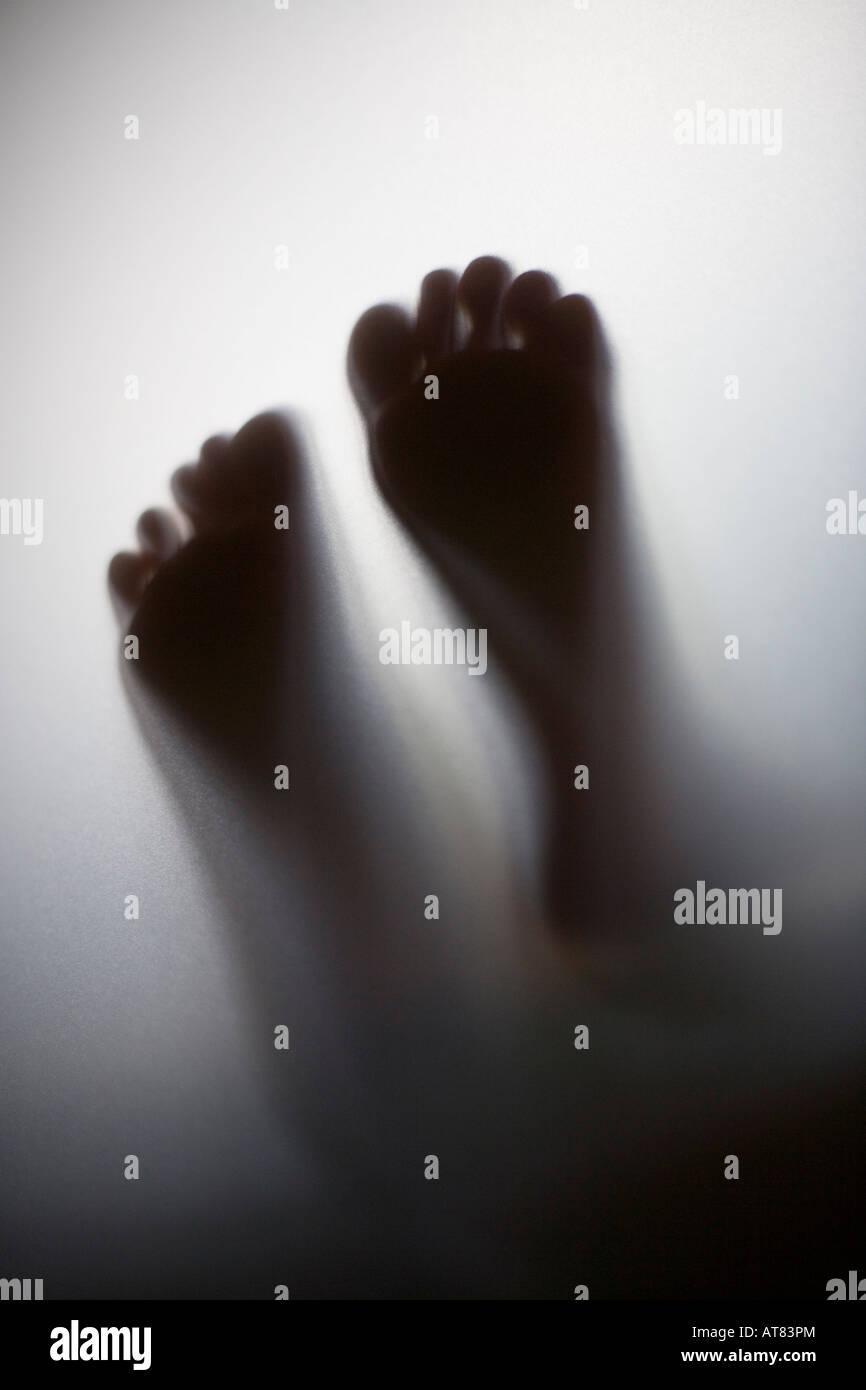 La figura ombra poco ragazza in piedi Immagini Stock