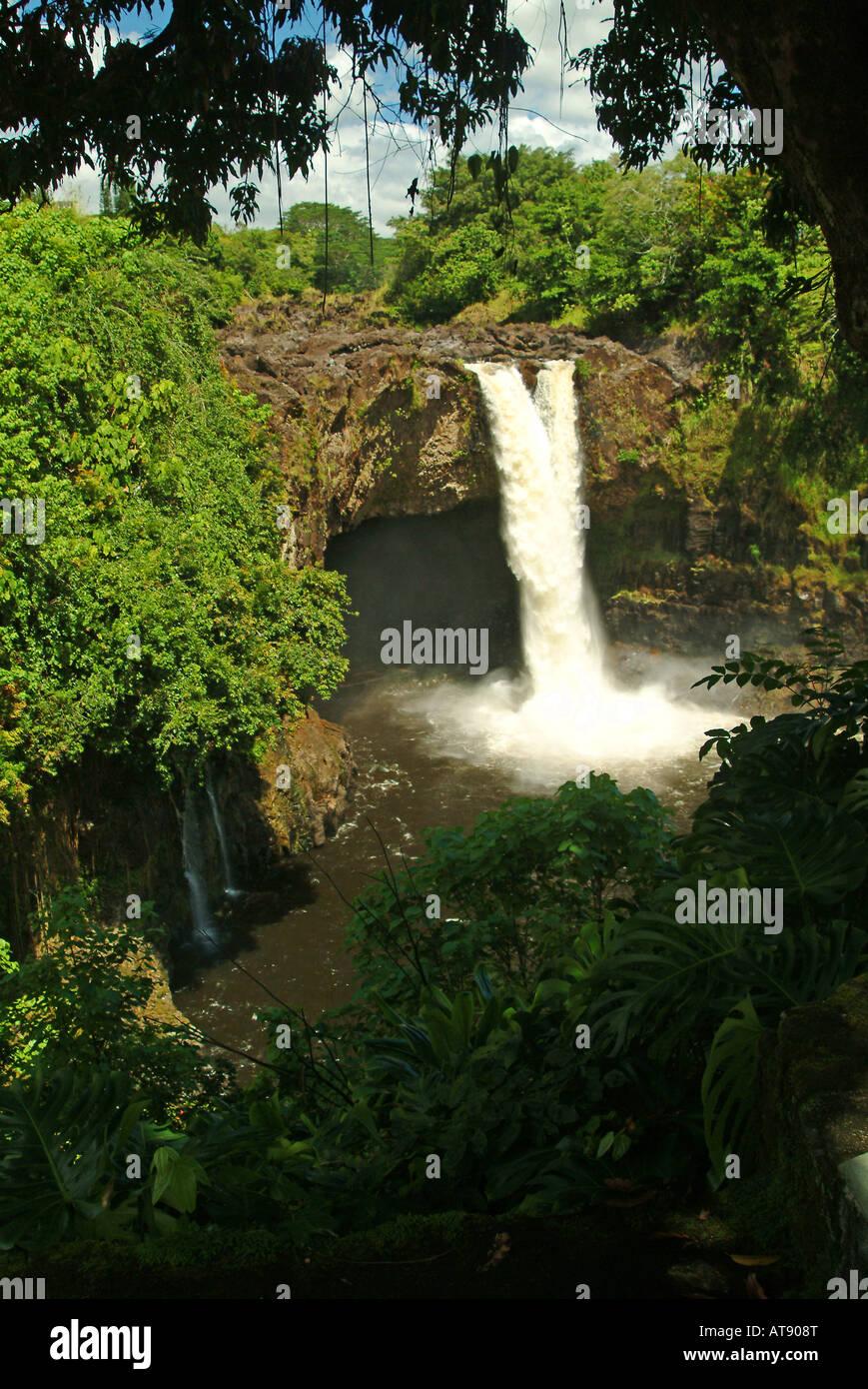 Aunuenue cade, comunemente noto come Rainbow Falls, nei pressi di Hilo sulla Big Island delle Hawaii Foto Stock