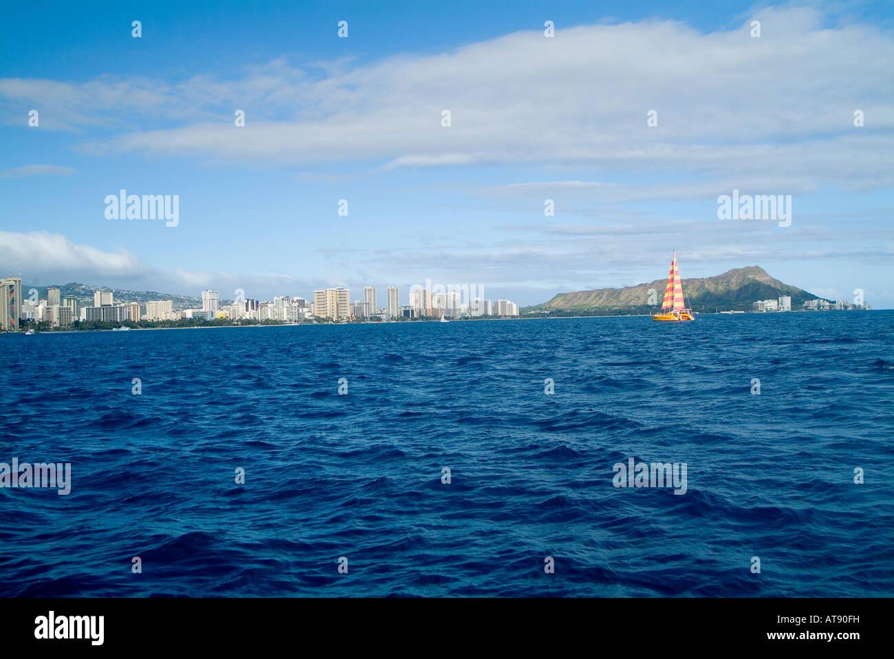 Grandangolo colpo di Waikiki costa dal centro cittadino di Honolulu Diamond Head shot da una barca a vela fuori Waikiki. Foto Stock