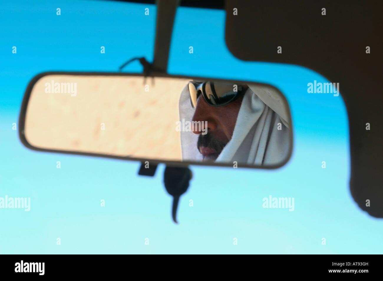 Ritratto di un uomo arabo nello specchietto retrovisore di un veicolo Immagini Stock