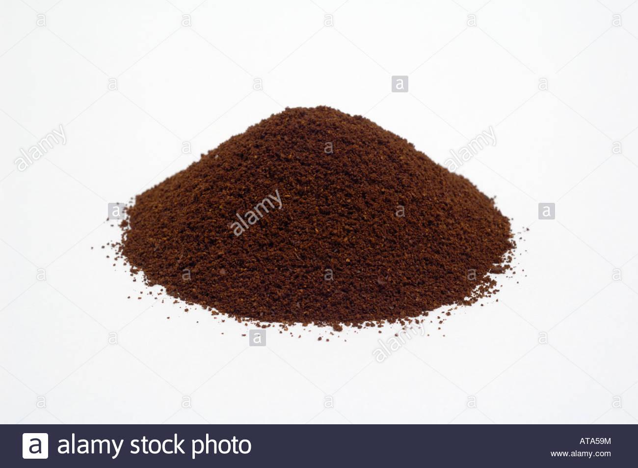 Cumulo di tostato macinato in polvere di caffè su sfondo bianco Immagini Stock