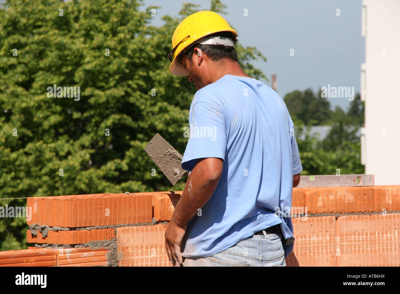 I Lavoratori A Costruire Un Muro Di Mattoni Foto Immagine Stock
