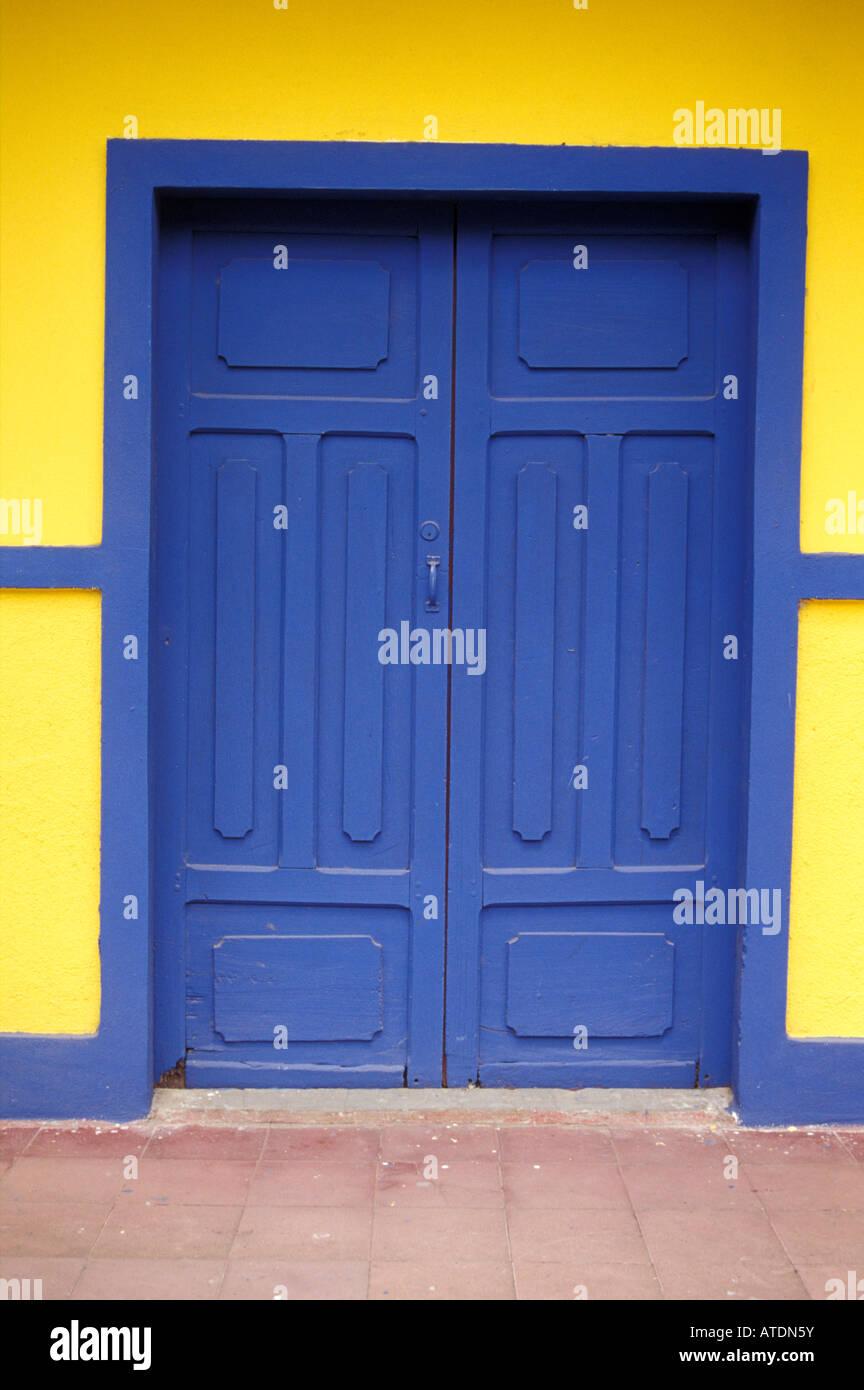 Porta blu di casa restaurata nella città di Moyogalpa, Isla de Ometepe o isola di Ometepe Nicaragua Immagini Stock