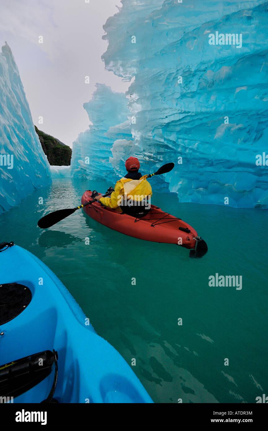 Esplorazione di un iceberg dal kayak da mare in Tracy braccio Alaska Oceano Pacifico Immagini Stock