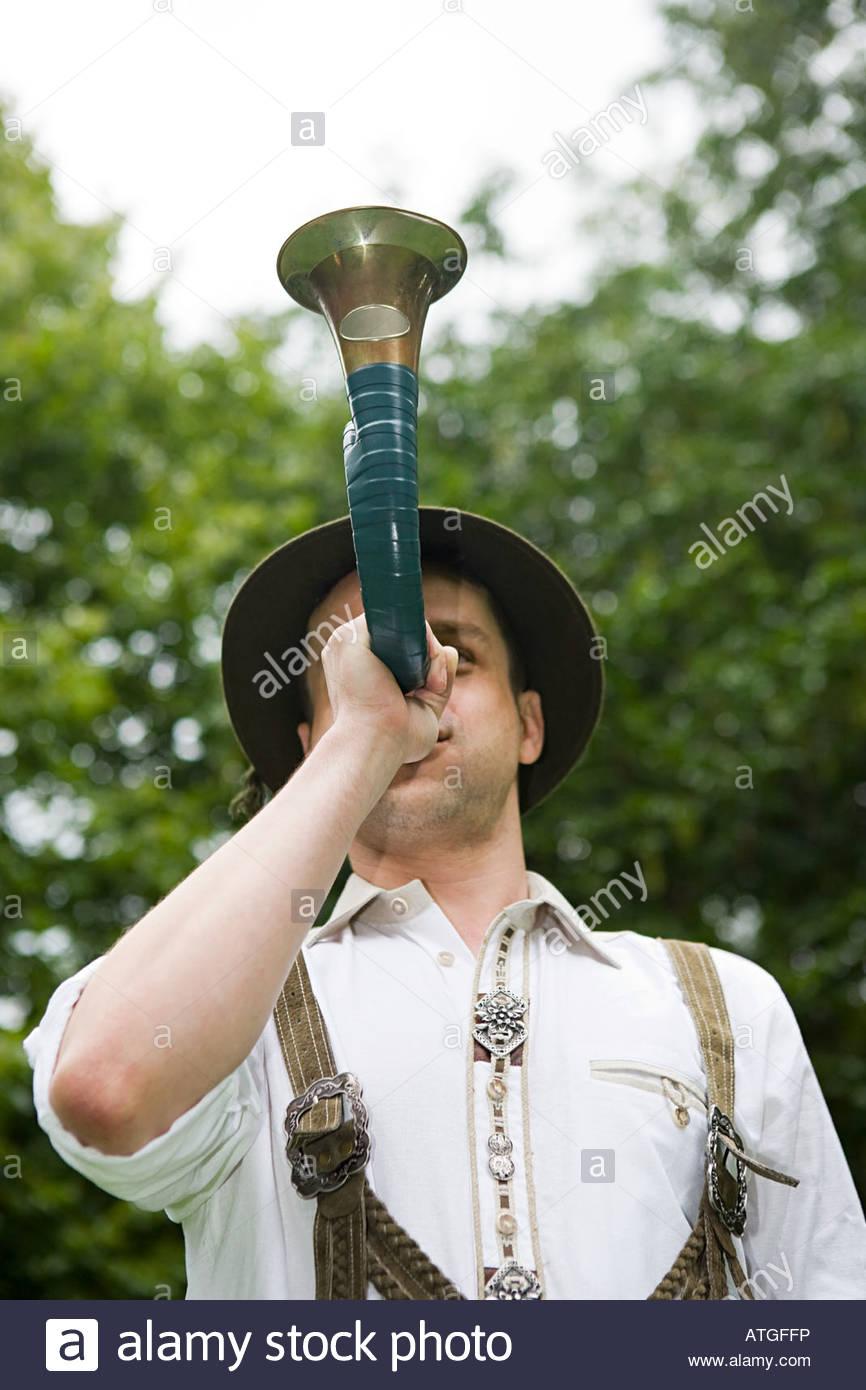 Un uomo tedesco in abito nazionale suonare il clacson Immagini Stock