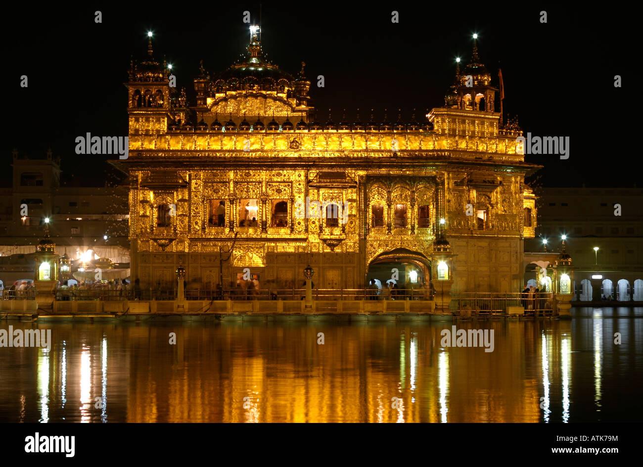 I sikh tempio d'oro di amritsar di notte Foto Stock