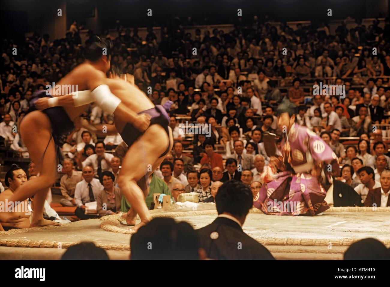 Lottatori di Sumo in perizoma e anta o mawashi combattimenti in anello o dohyo Immagini Stock