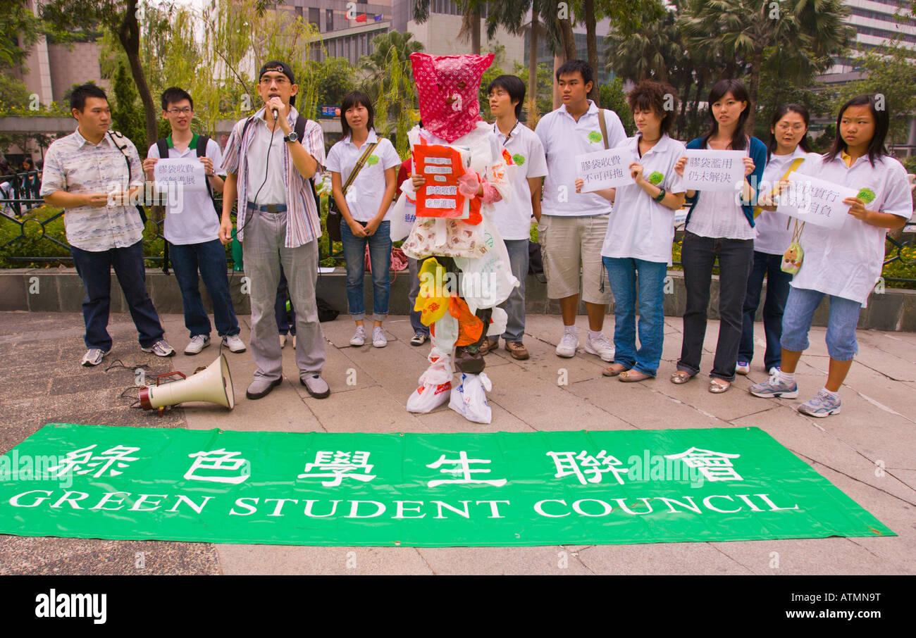 HONG KONG CINA il sacchetto in plastica l uomo e gli studenti durante l'inquinamento ambientale protesta il Immagini Stock