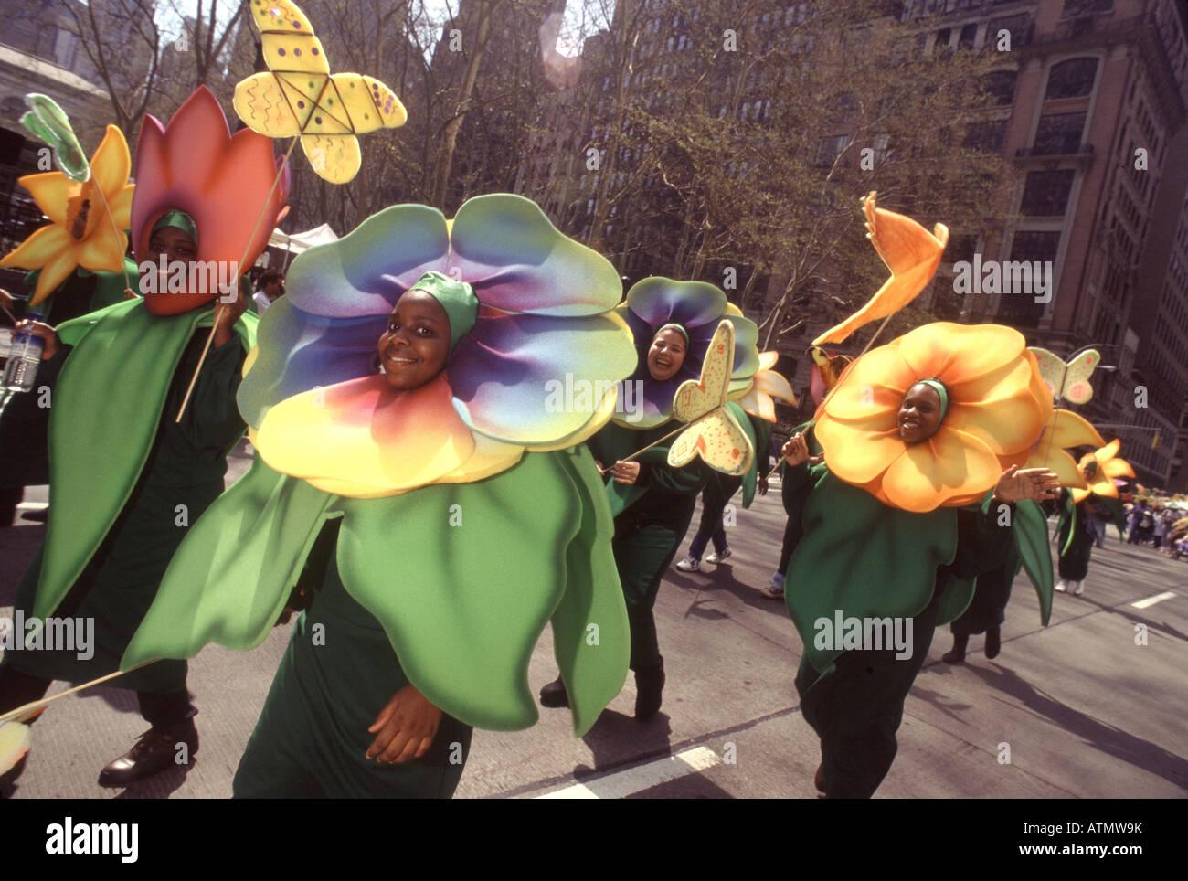 La Giornata della Terra New York City.Sfilata dei pianeti. Ambientalisti vestito come fiori colorati marzo fino Immagini Stock