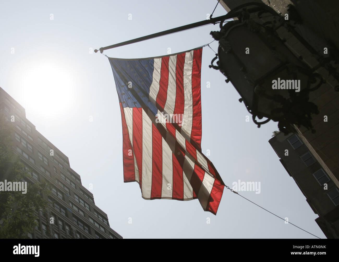 Sole che splende attraverso un flag su un edificio a Manhattan Immagini Stock