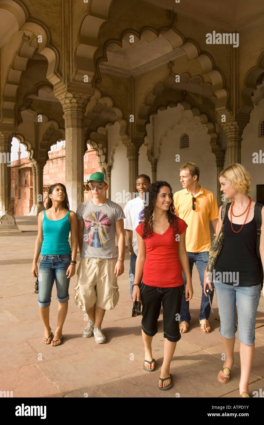 Tre coppie giovani camminare insieme in un mausoleo, Taj Mahal, Agra, Uttar Pradesh, India Immagini Stock