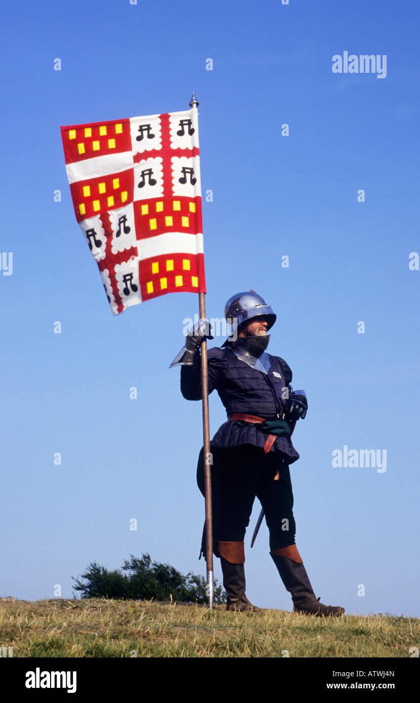 Medieval rievocazione cavaliere bandiera banner araldica stemma corazza English costume storico storia storico araldiche Immagini Stock