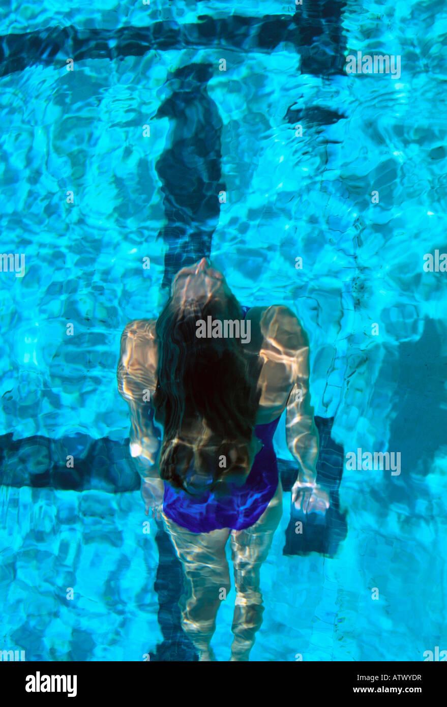 Vista aerea del nuotatore femmina affiorante dal subacqueo Immagini Stock