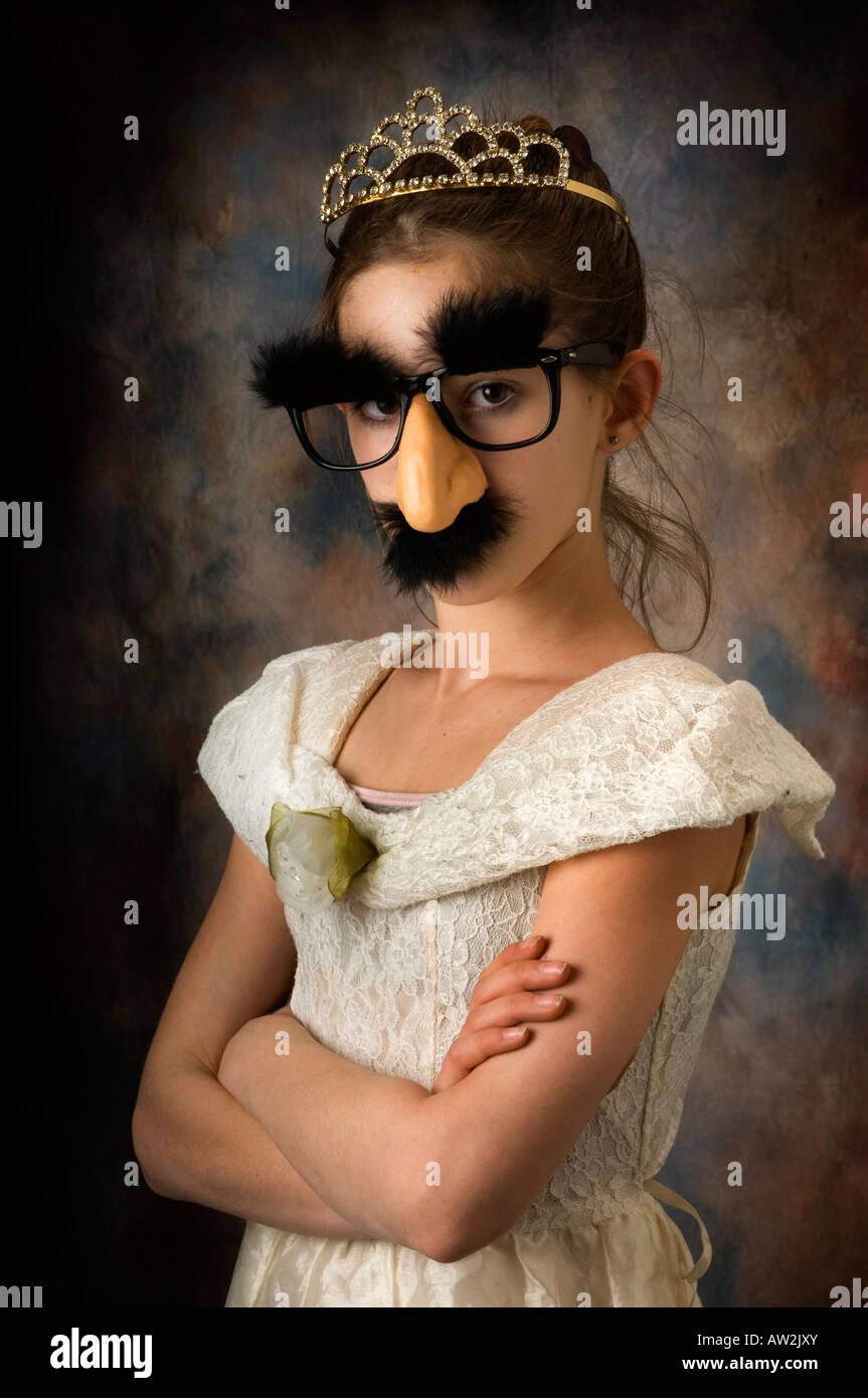Ragazza giovane giocare vestire con maschera o camuffare Immagini Stock