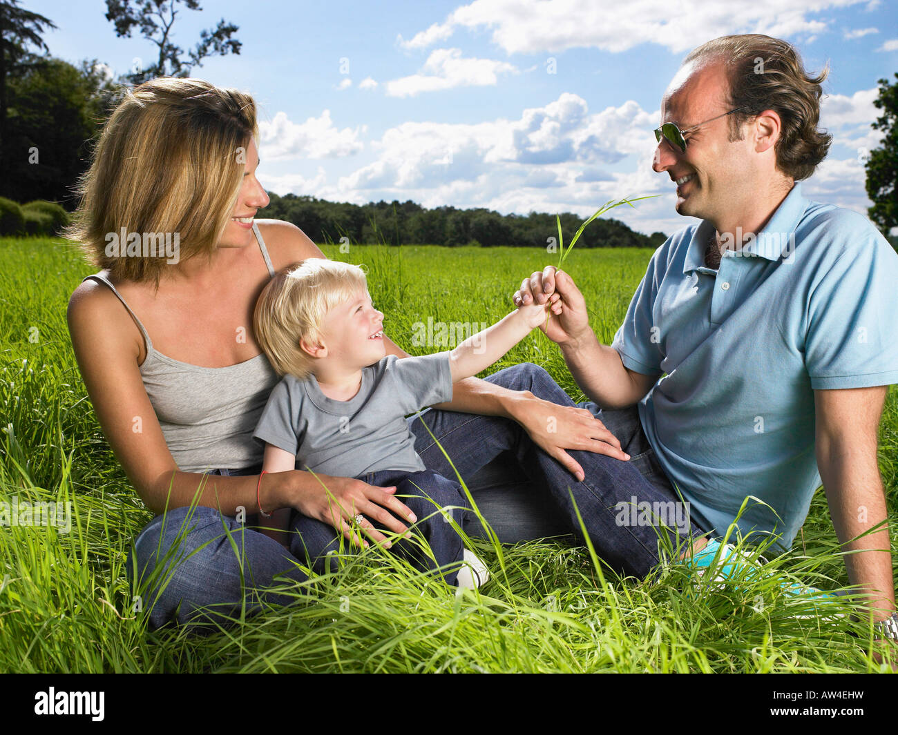 La famiglia che gode di una buona volta in un campo. Immagini Stock
