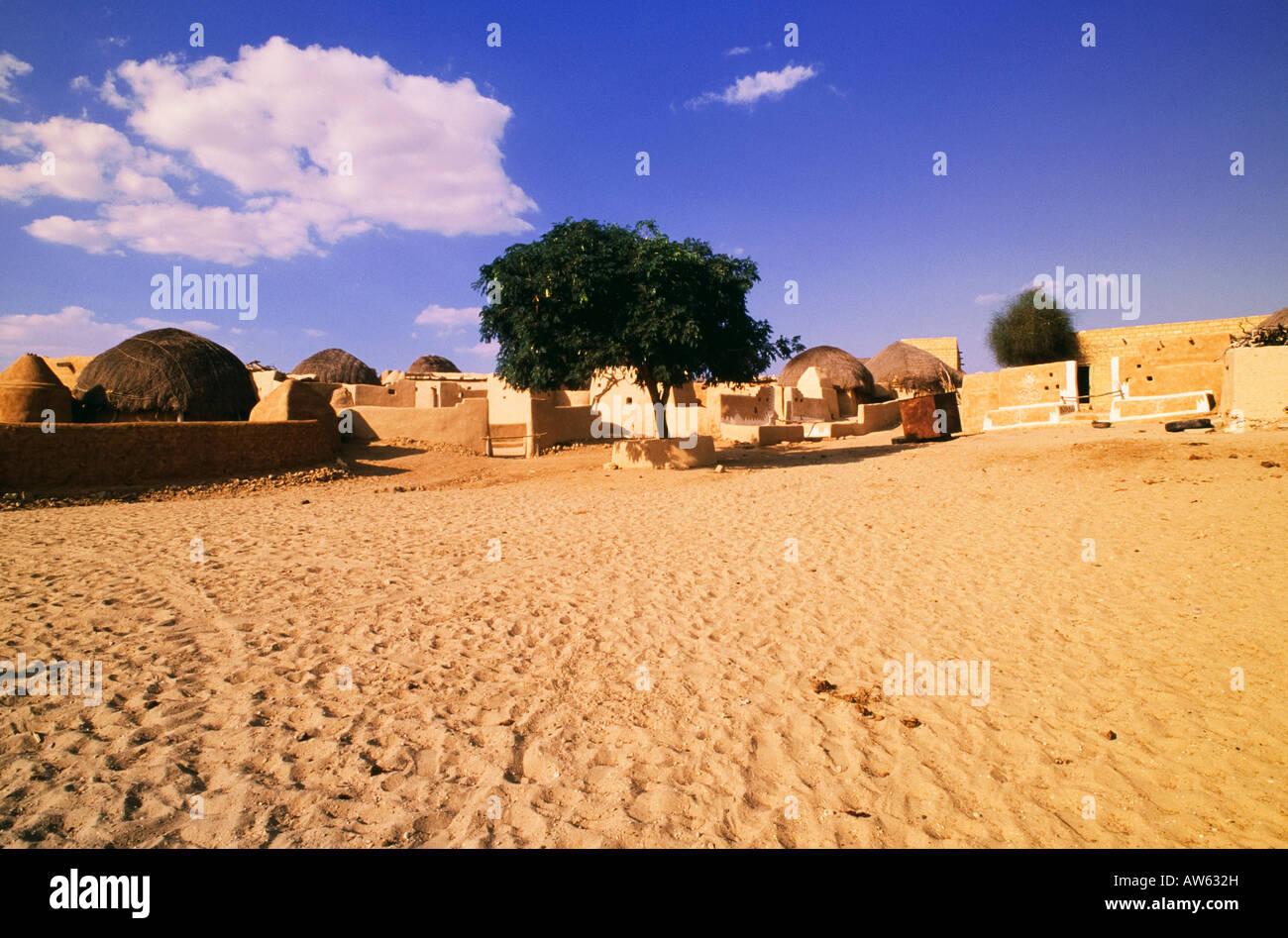 Rajasthani tradizionale villaggio nei pressi di Jaisalmer, India Immagini Stock