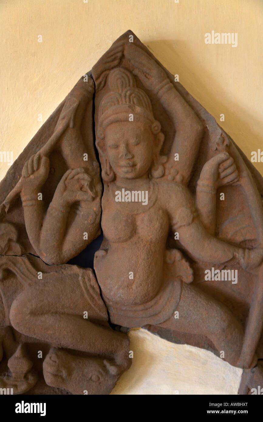 Un incrinato antica scultura in pietra arenaria di una femmina di divinità Indù si blocca all interno Immagini Stock