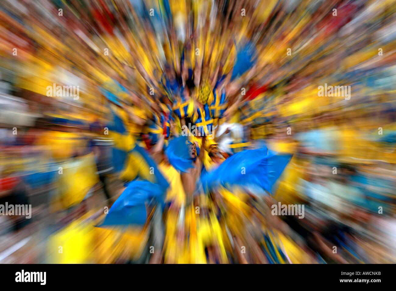 Zoom effetto raffica di ventole svedese in mezzo alla folla durante la Coppa del Mondo 2006 Immagini Stock