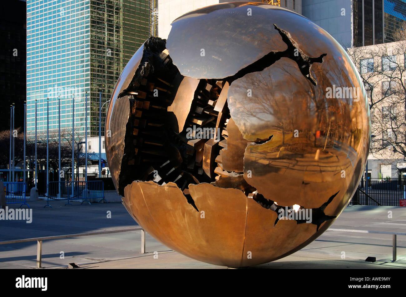 Scultura in bronzo Sfera sfera di Arnaldo Pomodoro, giardino delle Nazioni Unite di New York, Stati Uniti d'America Immagini Stock