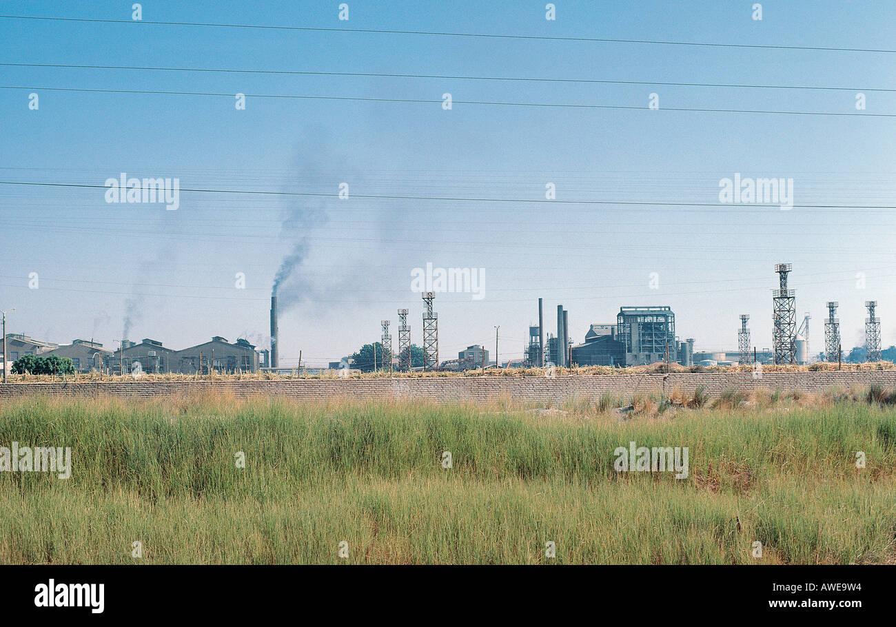 Scala grande fabbrica di zucchero nei pressi di Edfu sulle rive del fiume Nilo in Egitto Immagini Stock