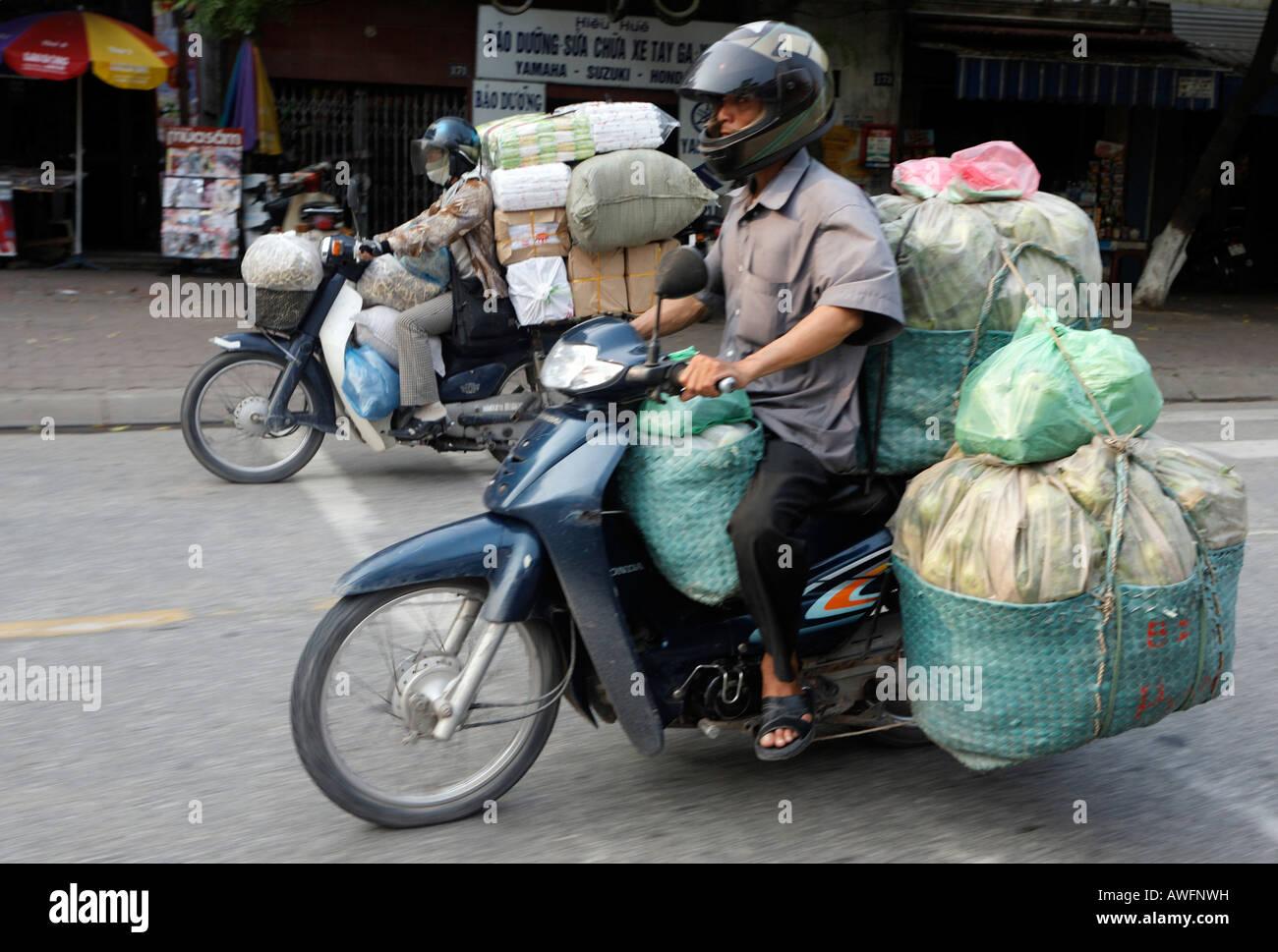 Ciclomotori come mezzo di trasporto, il traffico stradale, Hanoi, Vietnam Asia Immagini Stock