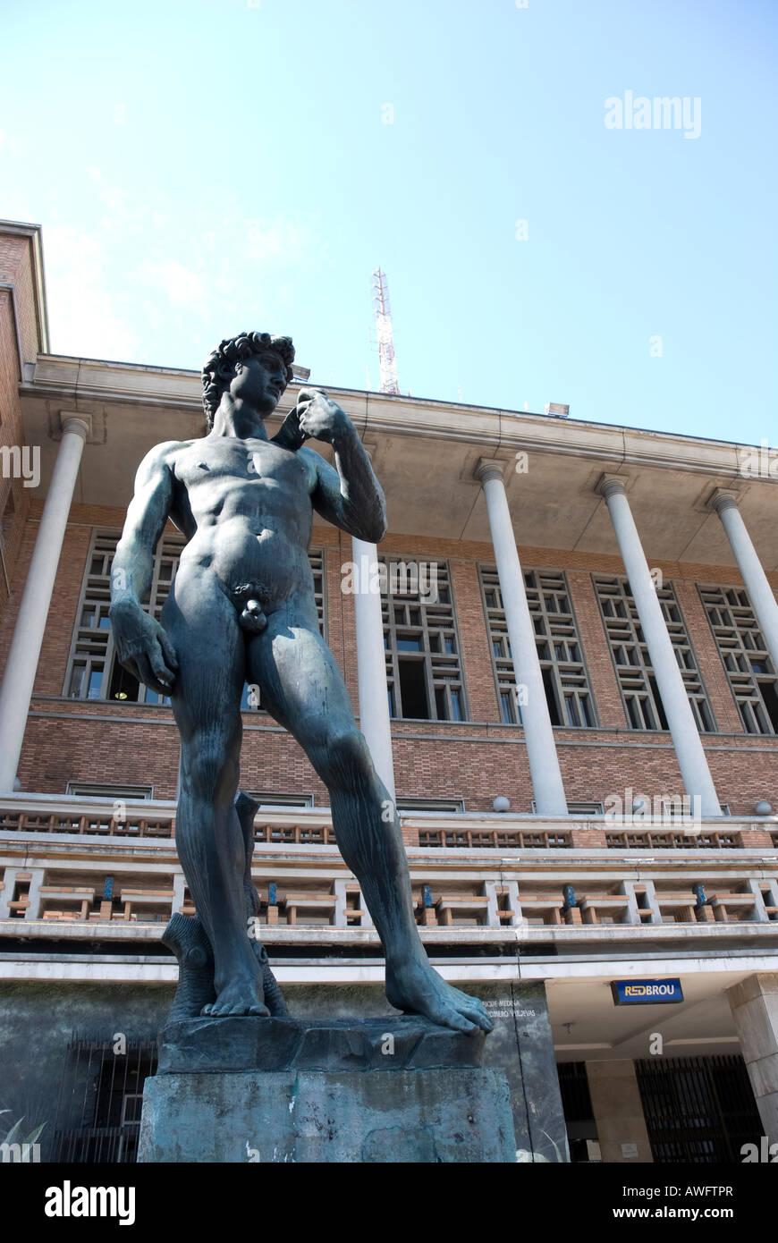 Una f i tre David di Michelangelo repliche è a Montevideo, capitale dell'Uruguay, di fronte al Palacio Immagini Stock