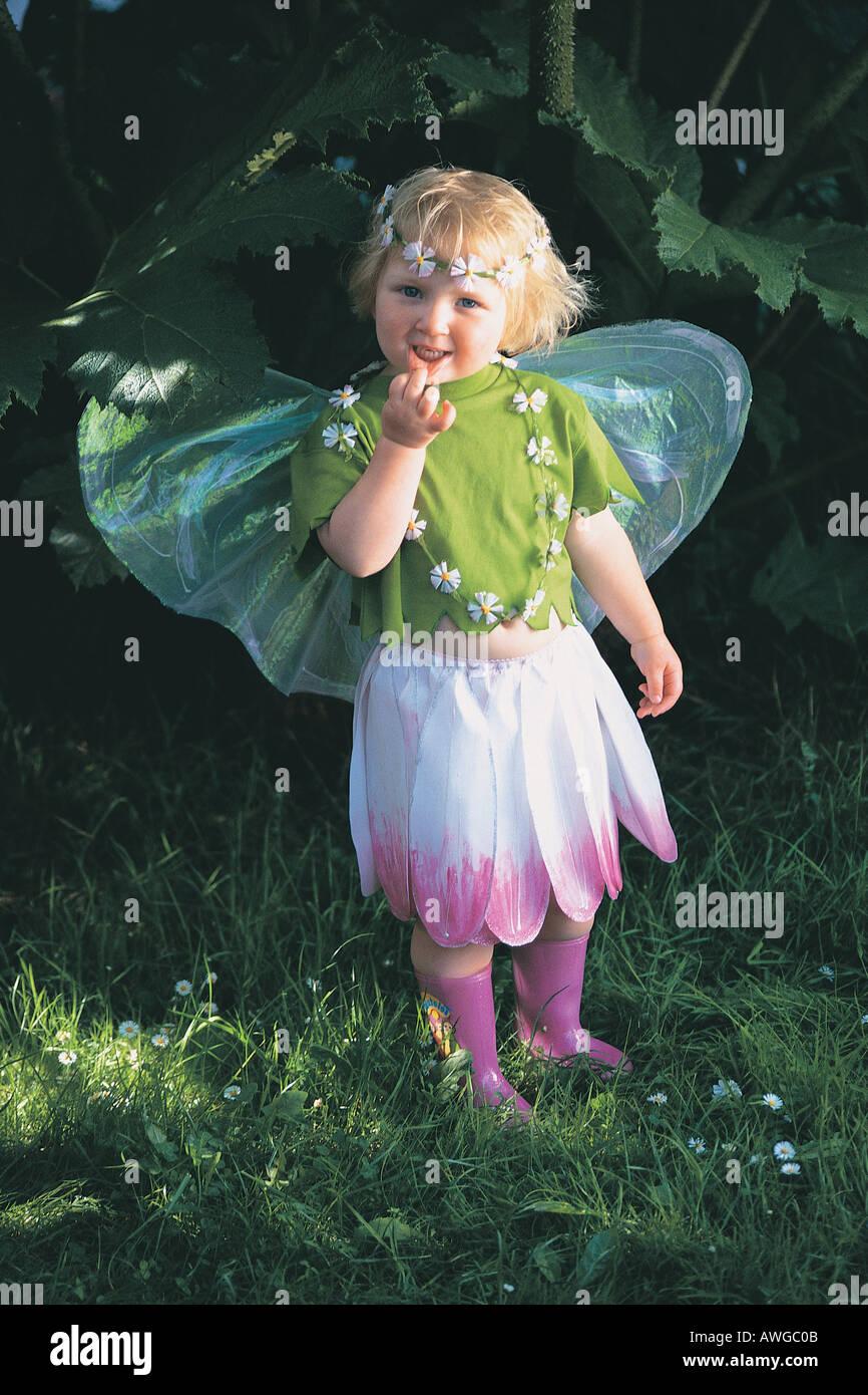 Una giovane ragazza che indossa il vestito di fata Immagini Stock
