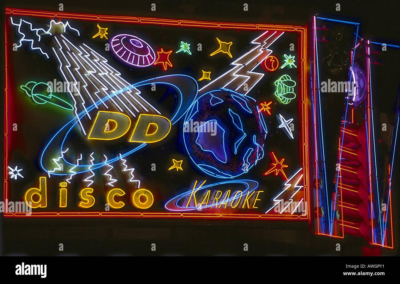 Hong Kong, Macao, insegna al neon sopra il nastro DDs discoteca e Karaoke club Immagini Stock