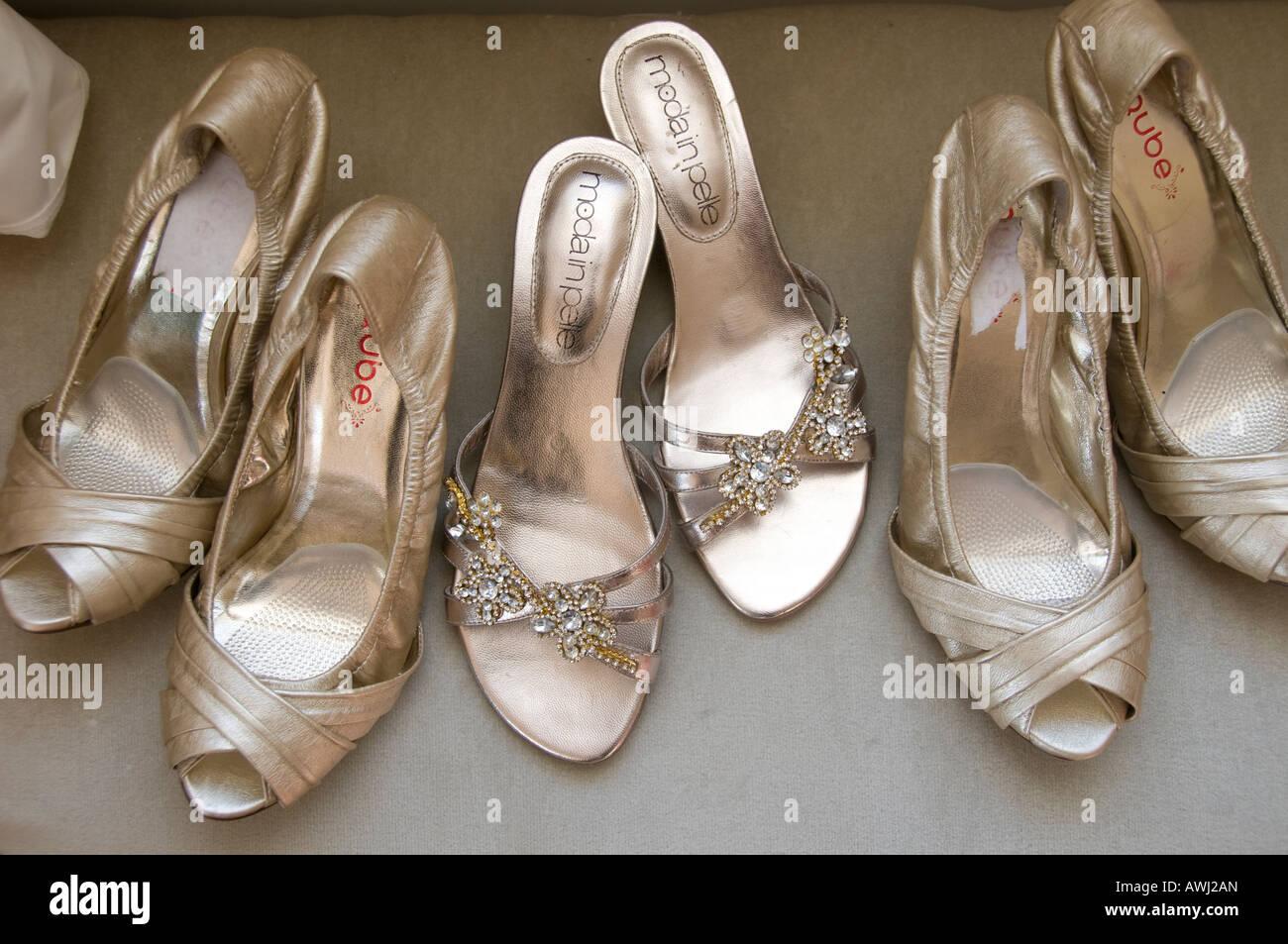 76b5793815c2 Coppie di sposa e le sue damigelle hanno scarpe allineate in una fila nella  mattina del matrimonio