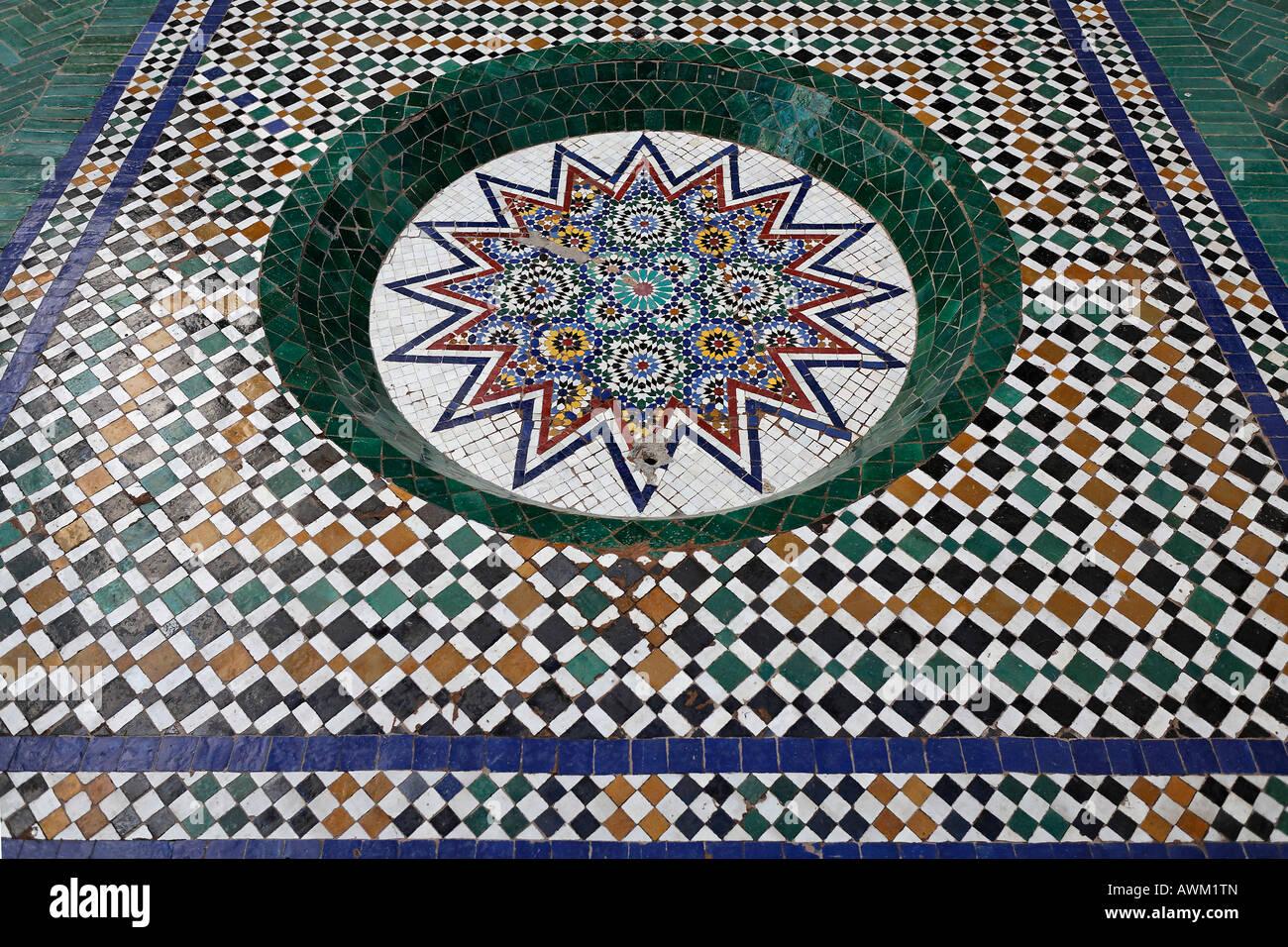 Decorazione di piastrelle del pavimento zellij dar mnebhi palace