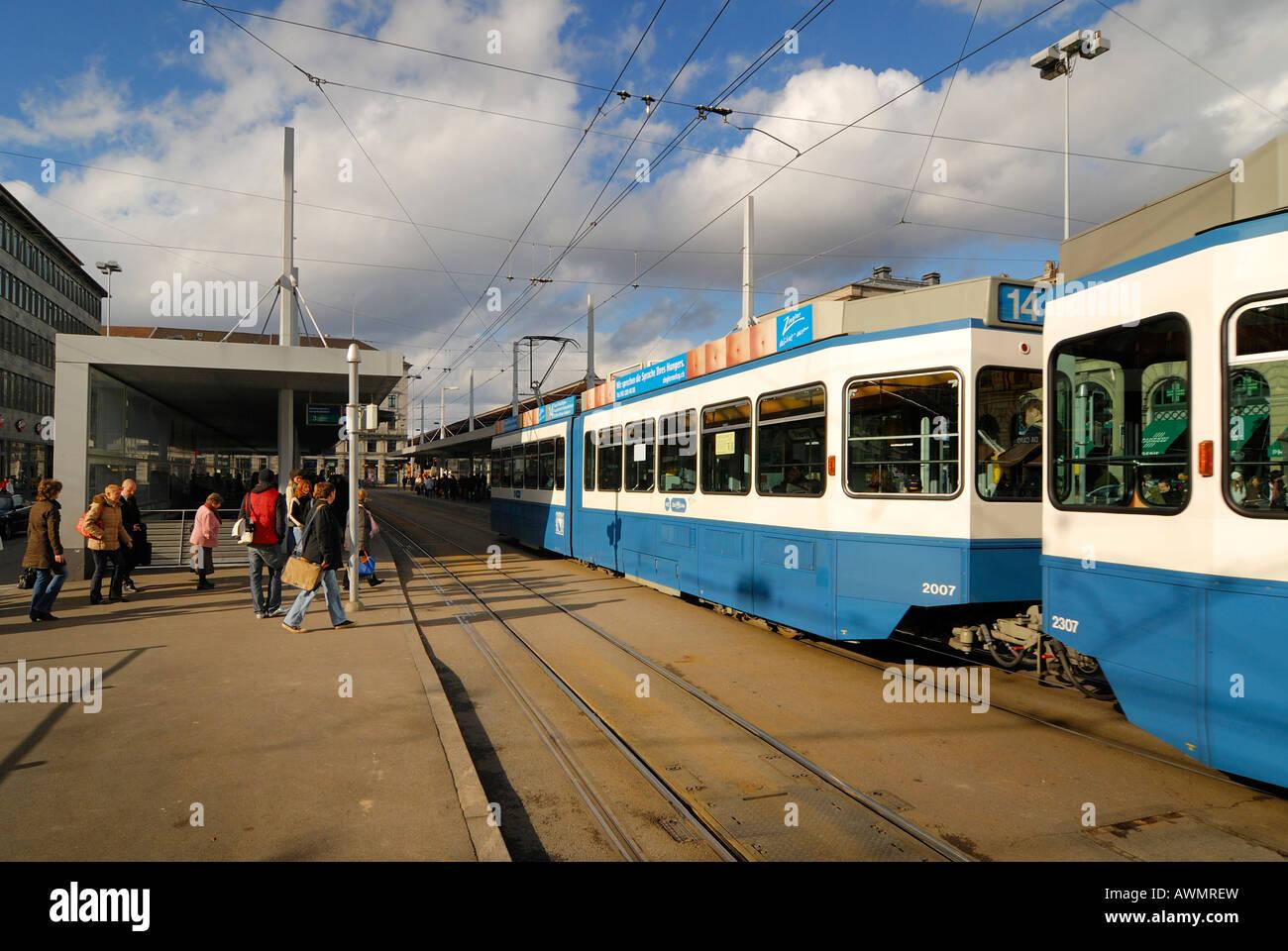 Zuerich - La fermata del tram nei pressi della stazione centrale - Svizzera, Europa. Foto Stock