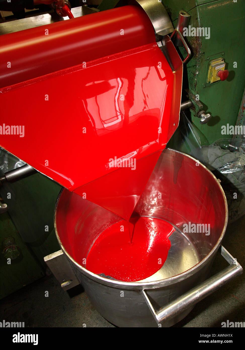 Rosso vernice acrilica essendo arrotolato nel Talens fabbrica di vernice di Apeldoorn Paesi Bassi Immagini Stock