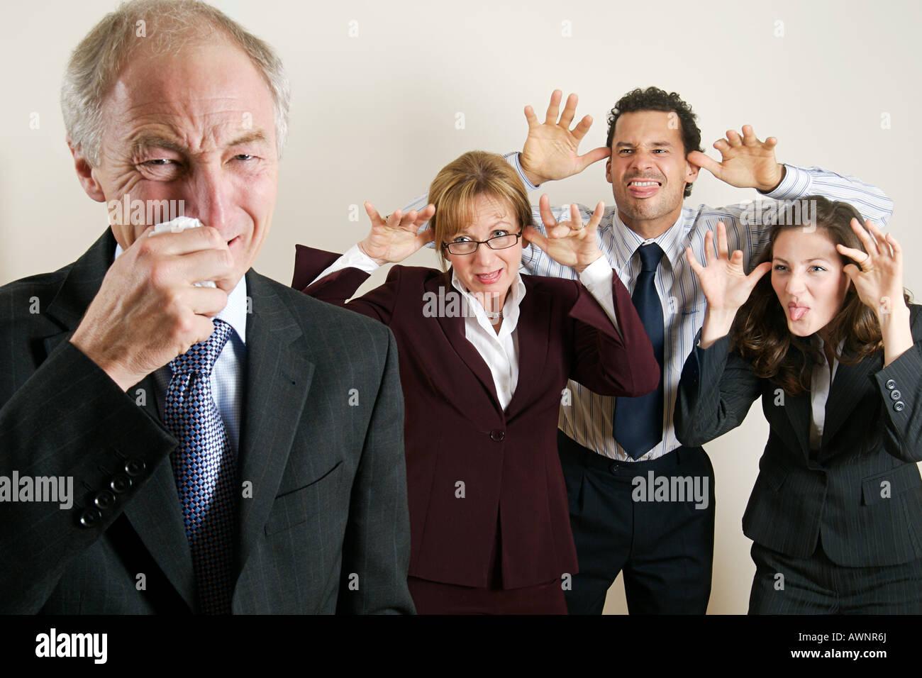 Gli imprenditori bullismo a un collega Foto Stock