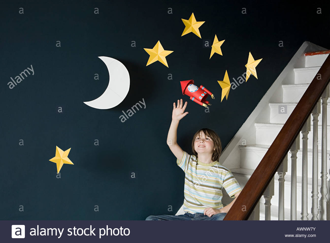 Un ragazzo sventolando in corrispondenza di uno spazio Immagini Stock