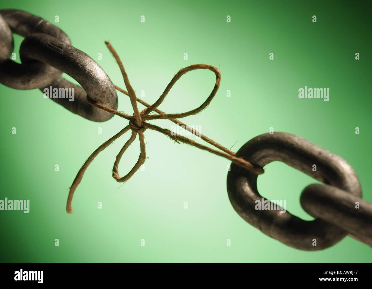 Due estremità di una catena legati da una stringa, close-up Immagini Stock