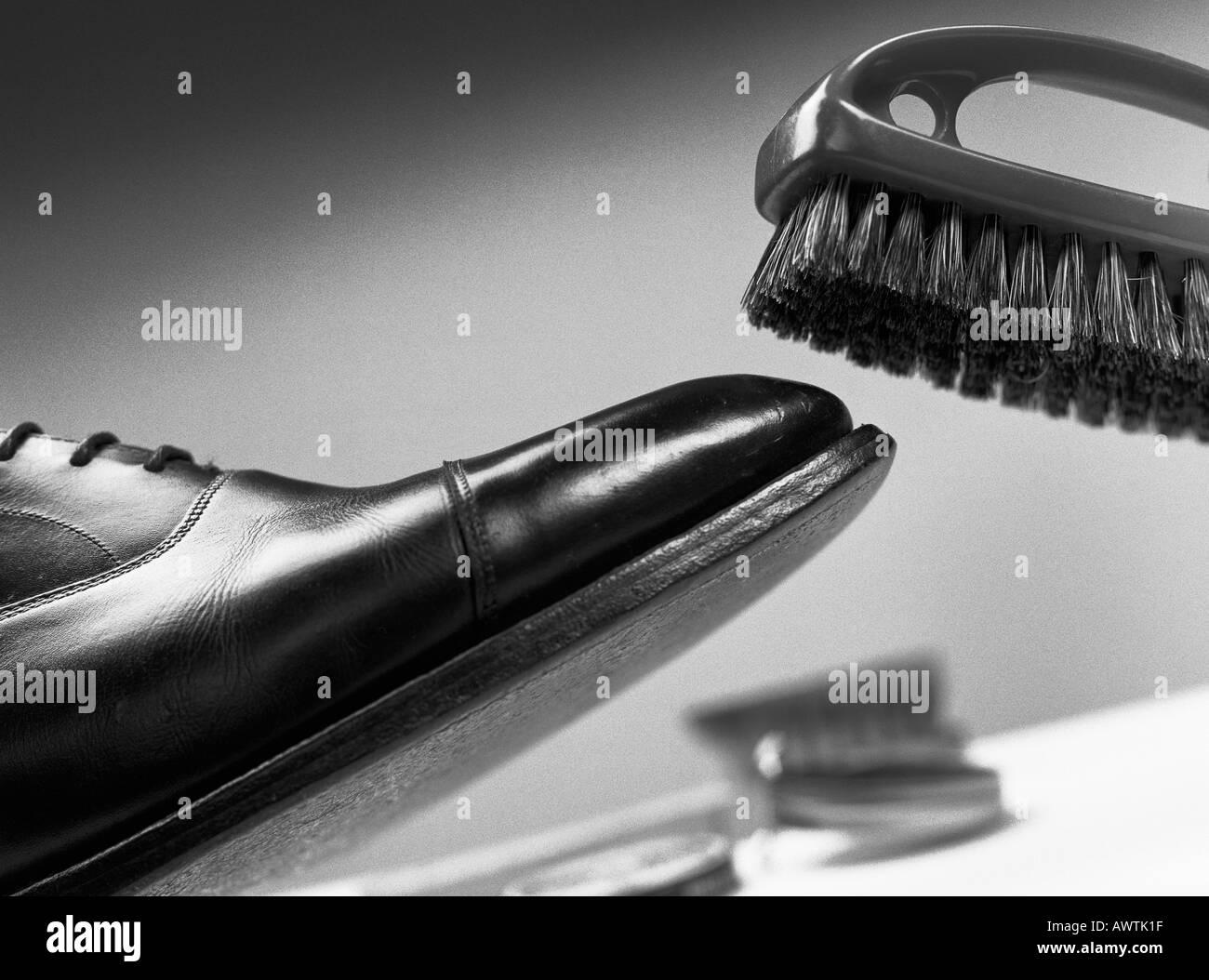 La spazzolatura calzatura in pelle, close-up Immagini Stock
