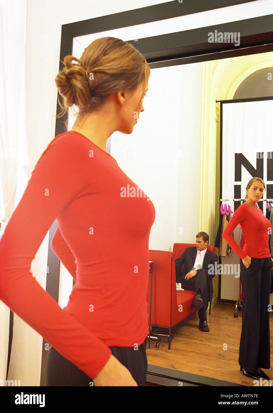 new styles a71ae 06504 Donna cerca su vestiti, guardando in uno specchio, uomo ...