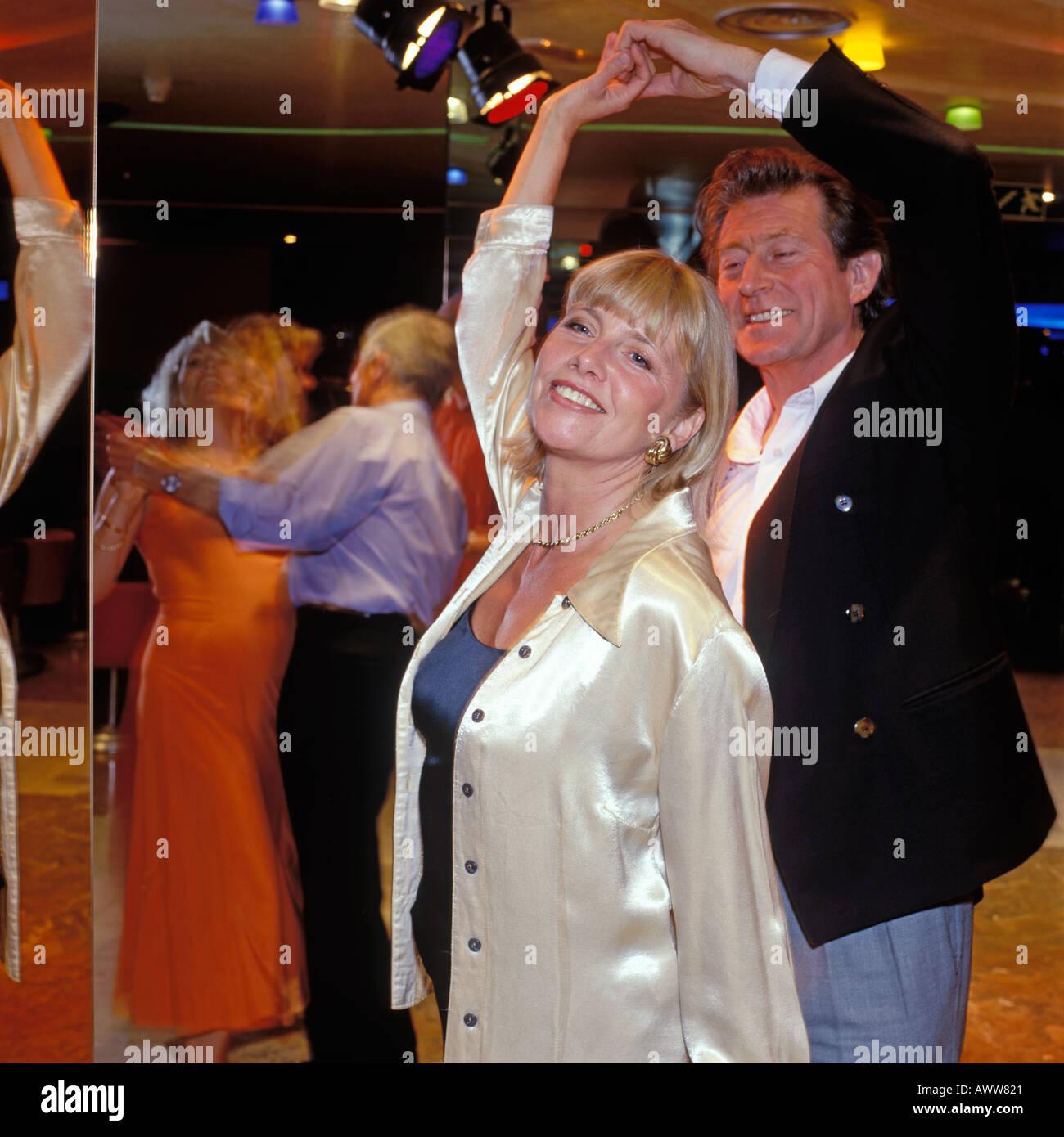 Coppia matura Ballare in discoteca. Modello versioni disponibili su richiesta. Immagini Stock