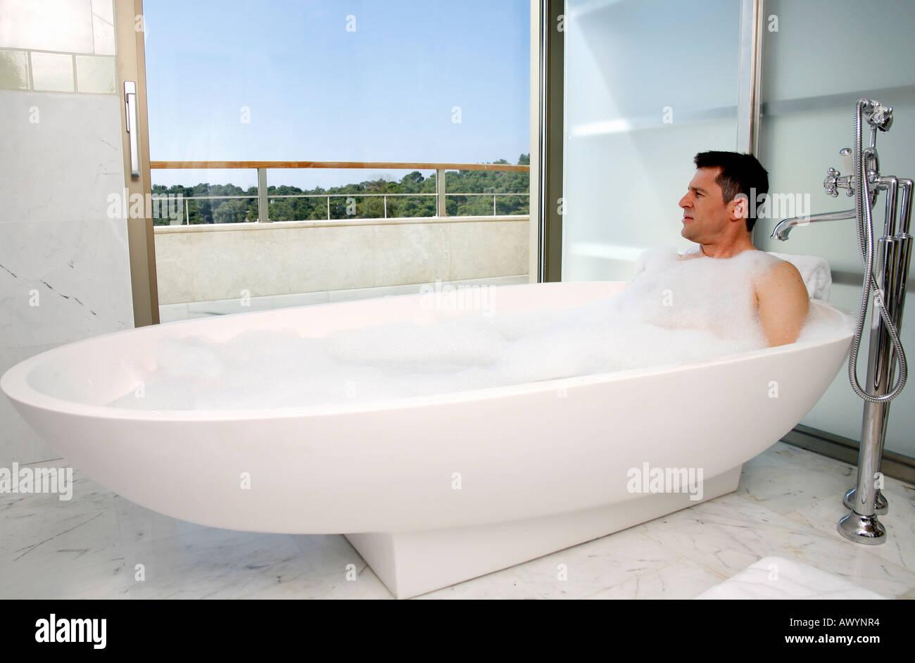 Vasca Da Bagno Relax : Uomo relax nella vasca da bagno con bolle foto & immagine stock