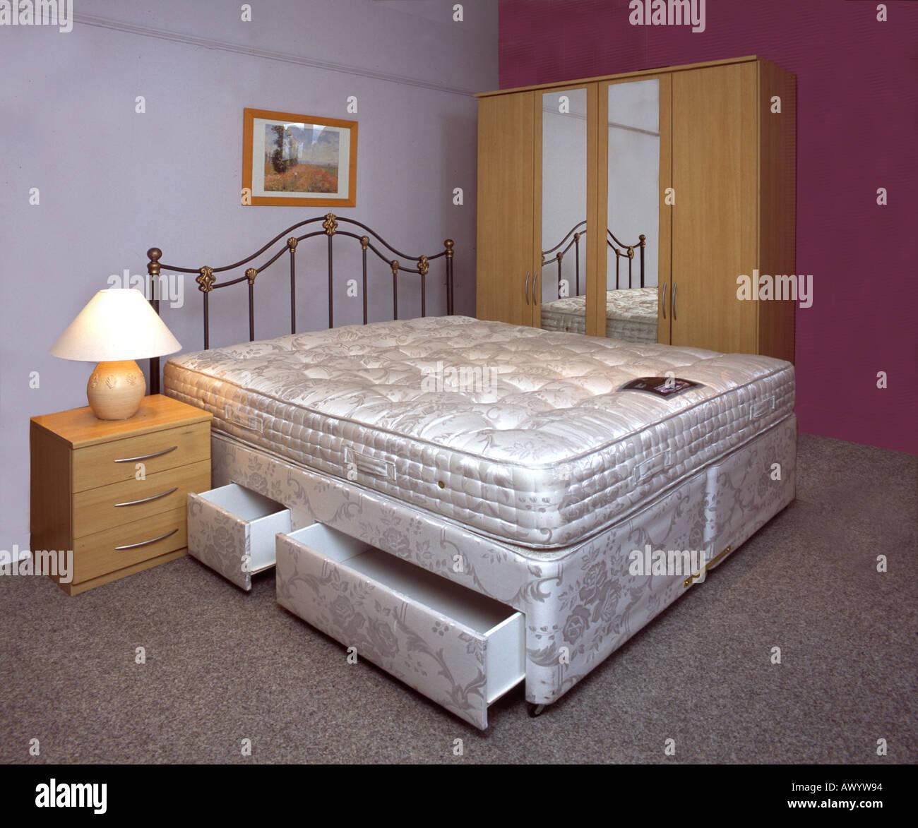 Letti Matrimoniali Con Cassetti Laterali camera da letto matrimoniale con cassetti, guardaroba e