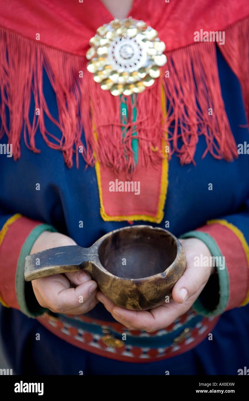 Sami donna in abito tradizionale & Bicchiere, Inari, Lemmenjoki National Park, Lapponia, Finlandia Immagini Stock