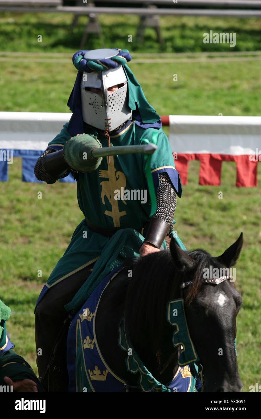 Cavaliere in giochi medievali scegliendo tra le femmine in mezzo alla folla a Visby in Gotland Svezia Immagini Stock