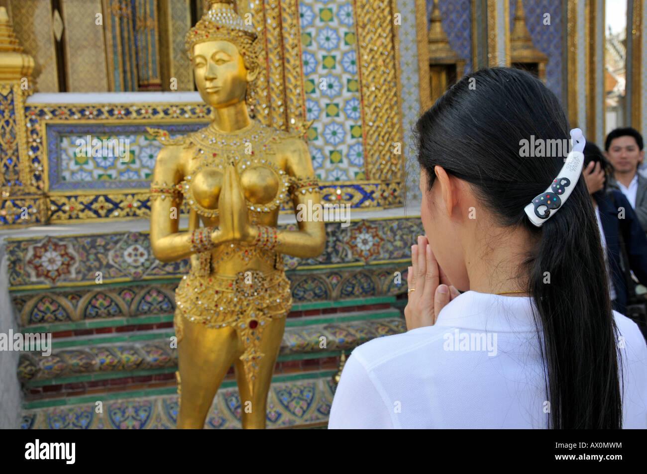 Kinnara (chiamato anche Kinari, Kinaree, Kinnaree, Ginnarie o Ginnaree): un uccello mitologico creatura, Wat Phra Immagini Stock