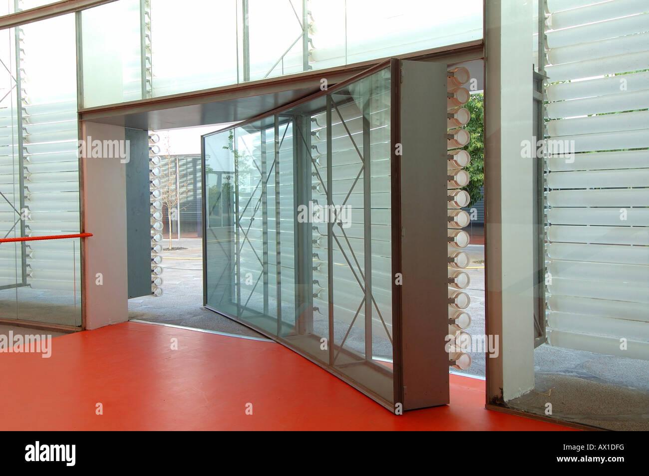 Porta a battente nel palazzo dei congressi Manuel Rojas costruito dagli architetti spagnolo José Selgas e Lucía Foto Stock