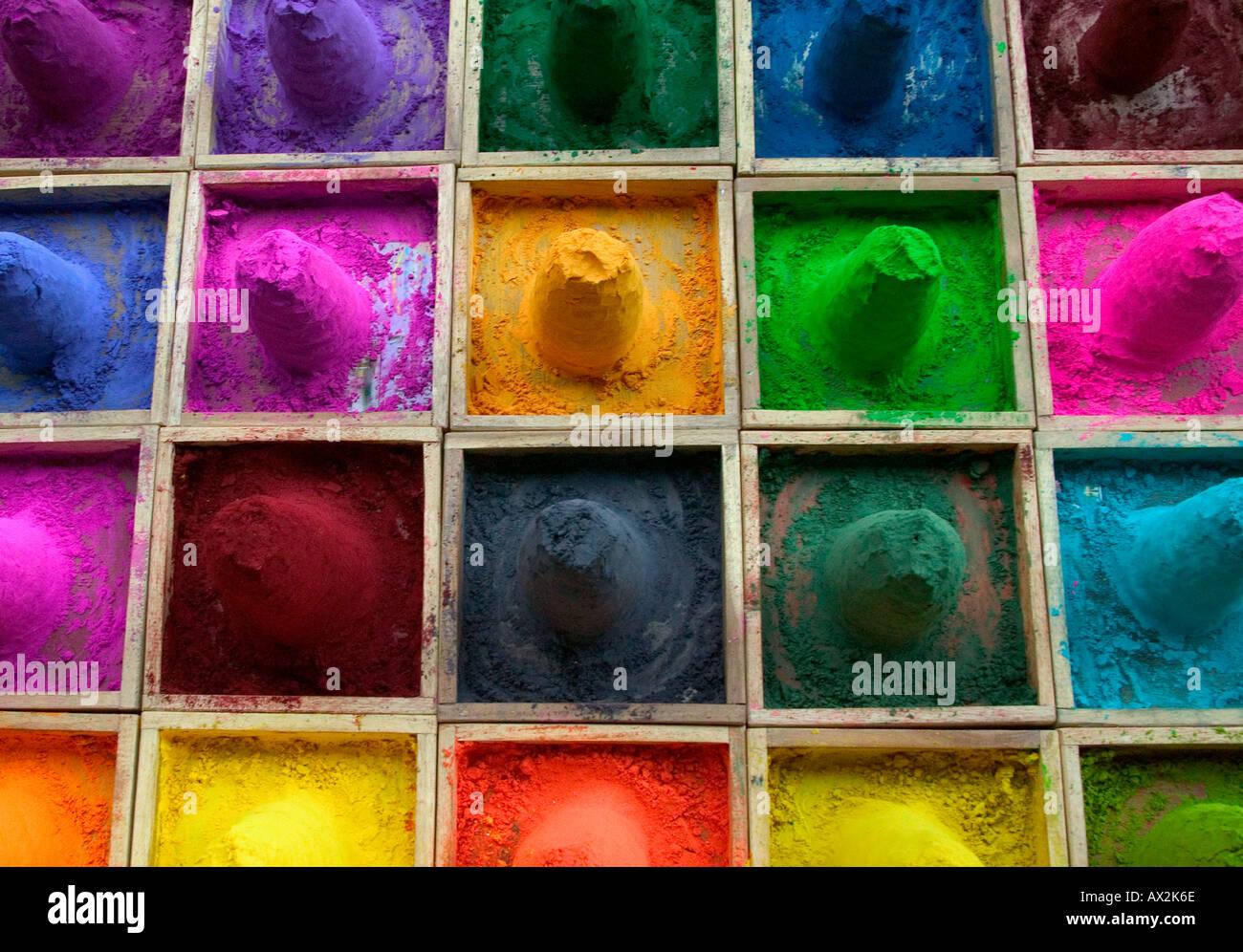 Vendita di polvere di colore al mercato Pushkar Rajasthan in India Immagini Stock