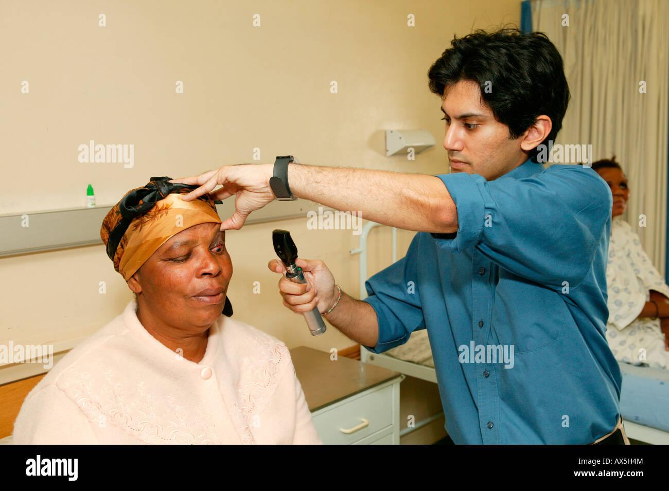Medico e paziente durante il periodo di follow-up esame dopo chirurgia della cataratta, PIETERMARITZBURG, Sud Africa Immagini Stock