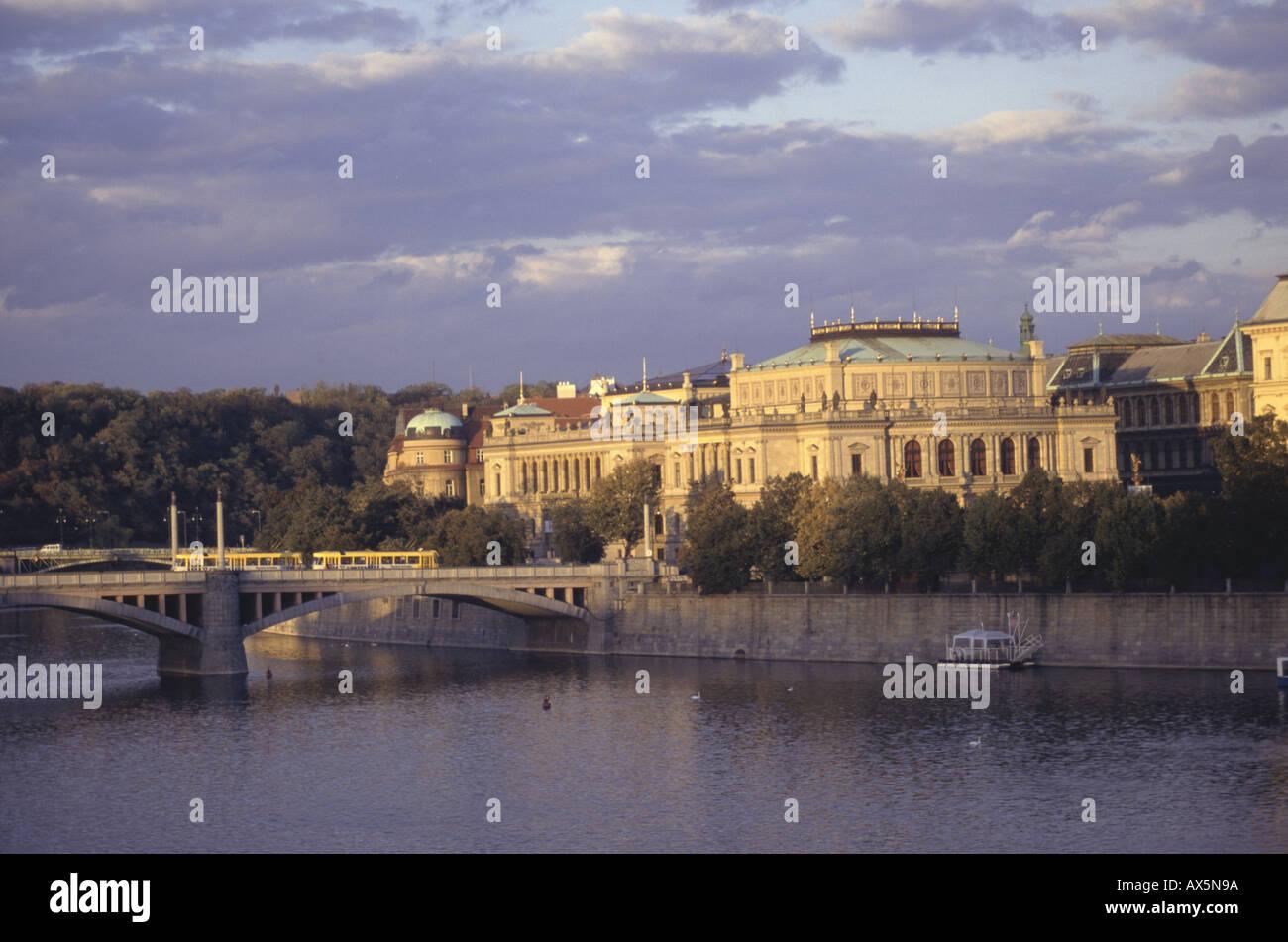 Praga, Repubblica Ceca. Il Rudolfinum (Casa degli Artisti, Dum Umelcu) e il ponte nella luce dorata del tardo pomeriggio. Foto Stock