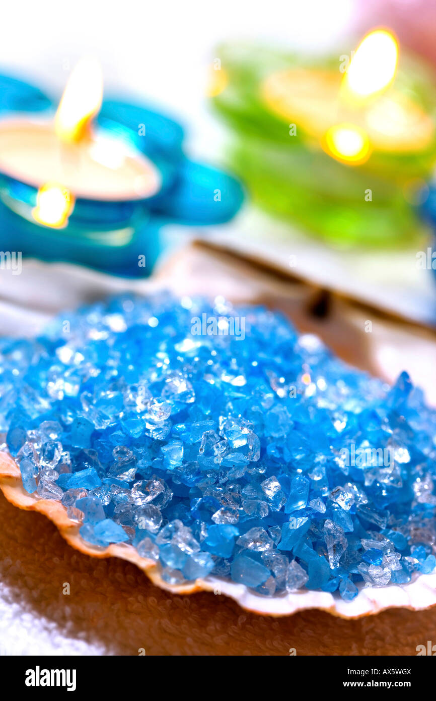 Sali Da Bagno Colorati.Seashell Riempito Con Blu Di Sali Da Bagno E Le Luci Del Te